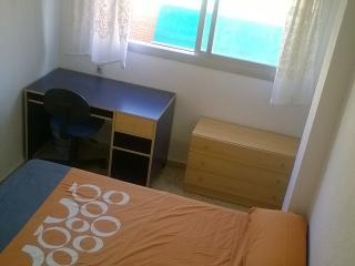 Habitación amplia, cama de matrimonio en Granada