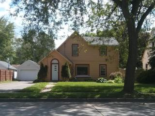 Aster House - 4 Bedroom 1.5 Bathroom; 2 miles from Mayo Clinic, Rochester