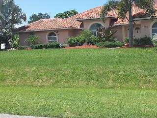 HOME w/POOL, JACUZZI & TIKI BAR / GREAT KITCHEN, Fort Pierce