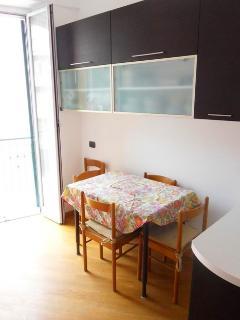 la zona pranzo della cucina con tavolo allungabile