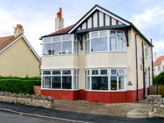 MEADWAY HOUSE, detached, woodburner, en-suites, games room, WiFi, enclosed patio, Rhos-on-Sea, Ref. 917397