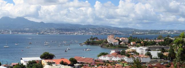 Vue de la terrasse sur l'anse mitan, ses voiliers, les pics du Carbet et Fort de France