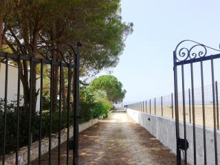 Ingresso residence vista mare. Litorale Castelluzzo (Baia Santa Margherita)