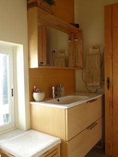 Casa de Banho: Lavatório, sanita e duche. Água aquecida por Sistema Solar