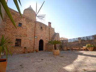 Es Moli, House with pool, BBQ and close to Palma, Algaida