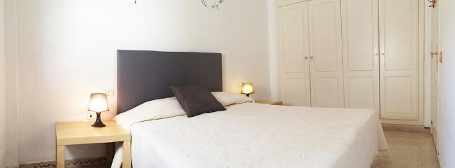 dormitorio con cama de matrimonio y armarios empotrados