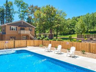 OVR's Mountain Majesty! 5 Bedrooms! Pool & Hot Tub!  10 minutes to Ohiopyle!, Farmington