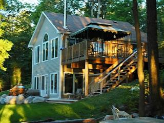 OTTAWA- DEERVIEW LUXURY LAKESIDE COTTAGE + HOT TUB, Ottawa