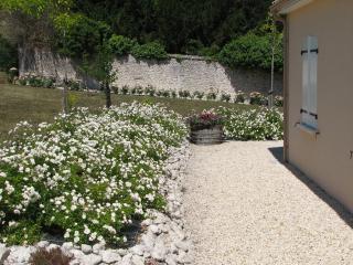 Tuin met terras aan de achterkant van het huis met uitzicht op de wijngaarden.