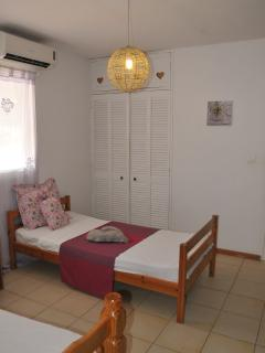Twin room. 2 twin beds, airco, private bathroom- toilets.