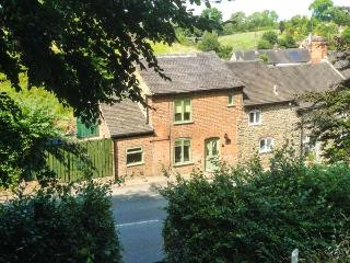 HILLTOP COTTAGE, end-terrace and traditonal, woodburner, en-suite bedroom, in Kniveton, Ref 925471