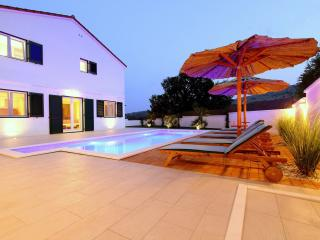 NEW!! LUXURY VILLA WITH POOL, SAUNA AND FITNESS, Omis