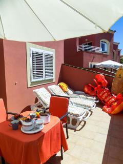 Terraza solarium, con tumbonas para el sol y mesa para comer al aire libre
