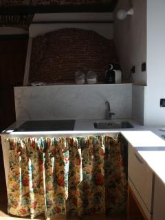Loft 1: L'angolo cottura con la volta dell'antica scala - The kitchenette with the ancient stair