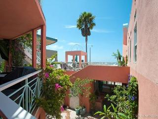 2BR/2BA Mission Beach Apartment, Steps From The Beach and Boardwalk, Sleeps 4, San Diego