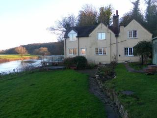 Historic Detached Cottage on banks of River Severn - ideal for fishing