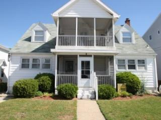 Ocean Block, Steps from the Beach and Boardwalk with Large Screened Porch, Magnolia