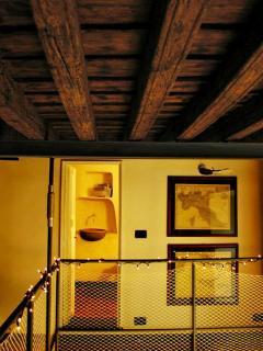 Loft 2: Accesso alla cameretta con l'antico lavandino in marmo - Access to the room