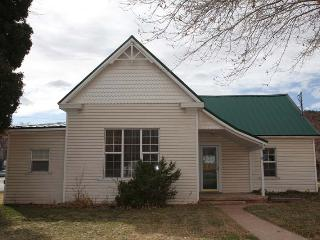 Modern comfort historic cottage, Kanab