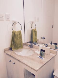 baño equipado con algunos utiles de aseo gratis