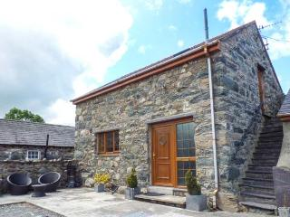Y BEUDY, detached barn conversion, king-size bed, WiFi, romantic retreat, in Pen
