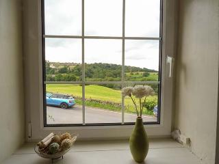 BLINKBONNY, woodburner, pet-friendly, enclosed patio, in Glaisdale, Ref 914847