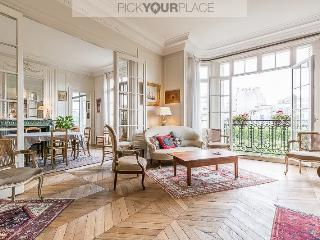 Parisian Chic 200sqm Apartment, París