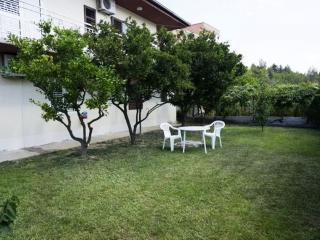Spacious apartment, large garden, Podstrana