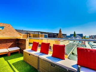 15% OFF OPEN AUG - Absolutely Amazing Rooftop Deck,Ocean View,Steps to Beach!