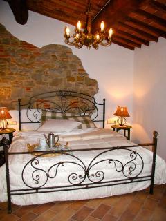 Schlafzimmer mit antikem Eisenbett - Sleeping room with antic iron bed