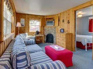 Sweet, dog-friendly beach apartment - close to the surf!, Cannon Beach