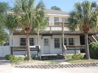 Newly Refurbished - 3rd Row, Beach House w/6 Bedrooms, 3 Bathrooms, Sleeps 17, North Myrtle Beach