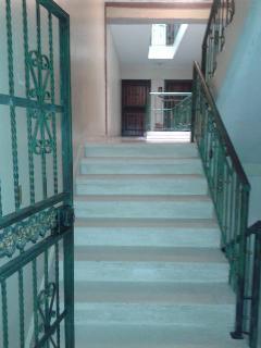 Escalera del edificio muy amplia