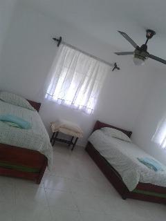 Habitacion bien amplia con capacida para 4 personas US$80.00 dolares por nsoche osea US$ 20.00 c/u