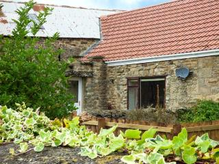 BARFORTH HALL COTTAGE, stone-built, four poster bed, hot tub, romantic retreat, near Barnard Castle, Ref 915731