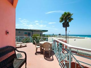 2BR Mission Beach Apartment, With Boardwalk and Beach At Your Doorstep, San Diego