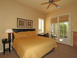 An Upstairs Legacy Studio with a King Bed steps from the Pool and Hot Tub!, La Quinta