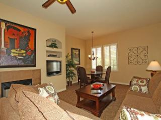 An Upstairs One Bedroom with a King Bed Just Steps from the Pool and Hot Tub!, La Quinta