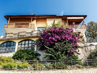 Apartment in a villa with spectacular lake view, Riva di Solto