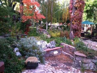 Cozy Little Cabin/Cottage at the Enchanted Garden, Reno