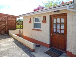 CWTCH COWIN, is a cottage close to picturesque walks, pet-friendly, with a garden, in Carmarthen, Ref 18113