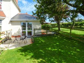 CWTCH COWIN, is a cottage close to picturesque walks, pet-friendly, with a garde
