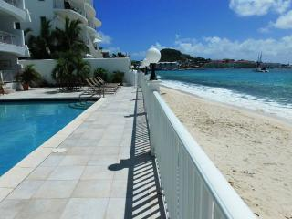 SIMPSON BAY BEACH CONDO #2...located right on the beach at beautiful Simpson Bay, bahía de Simpson