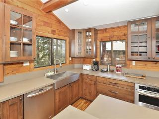 Tahoe City Getaway *Hot Tub*Pet Friendly*Trampoline!