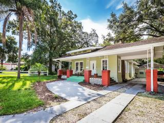 Seminole Heights Craftsman Bungalow and Cottage. Walk to Zoo, Eateries, Cafes, Tampa