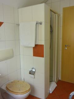 Bad 2 mit Dusche und großem Fenster