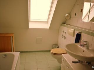 Bad 1 mit Fenster und Fußbodenheizung