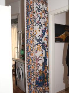 Uno scorcio della cucina con la lavatrice e l'altro balconcino