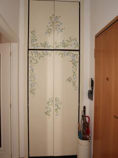 L'ingresso con armadio a muro