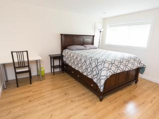 Beautiful private queen bedroom5 in great location, Vancouver